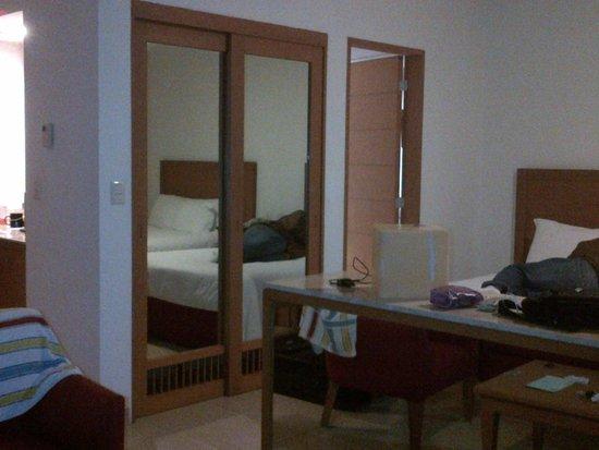 Ambiance Suites: amplia habitacion