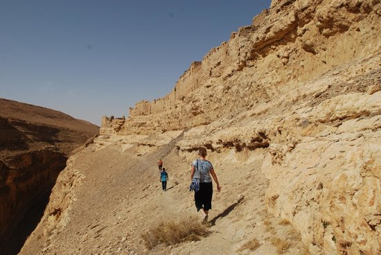 Mides Valley : Walking along the edge of the canyon