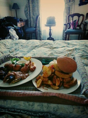 Rutland Arms: Entrée platter and Venison burger via room service.