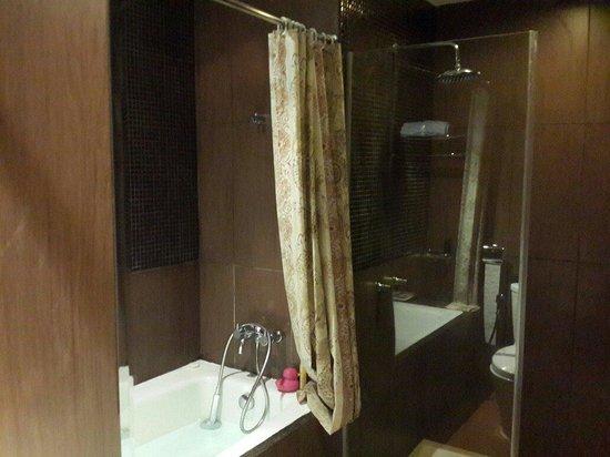 Amaroossa Bandung : Executive Bathroom (Bathtub & Shower)
