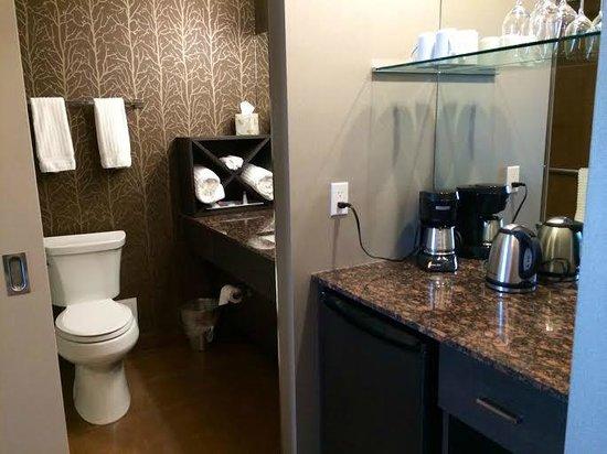 Hotel Blackfoot : Bathroom & Mini Bar Area (Fridge, Teas, Coffee, etc.)