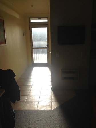 Raglan Sunset Motel: Sun shining through the curtainless door at 7.30am