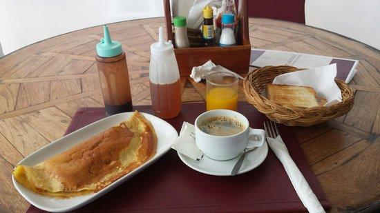 "Papillon Resort : P'tit déj ""Breton"" selon la carte : Jus de mangue et pancake Banana."