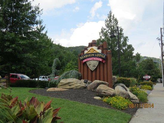 Bearskin Lodge on the River Hotel: Outside entrance