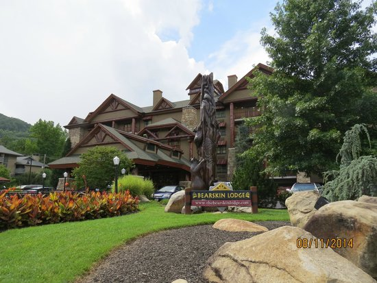 Bearskin Lodge on the River Hotel: Front of hotel