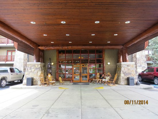 Bearskin Lodge on the River Hotel: Entrance