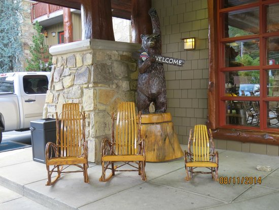 Bearskin Lodge on the River Hotel: Front Entrance