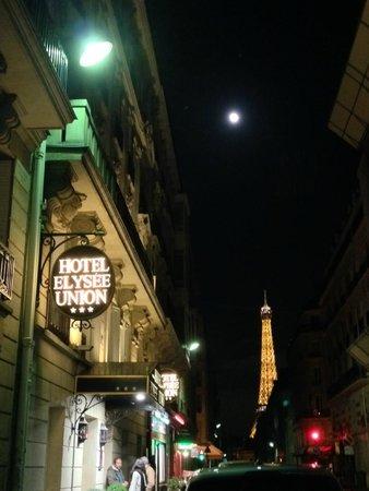 Hotel Elysees Union: Torre Eiffel desde la entrada del hotel en Paris