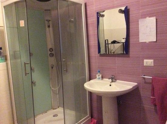 Porto Turistico b&b: salle de bain, douche cassee