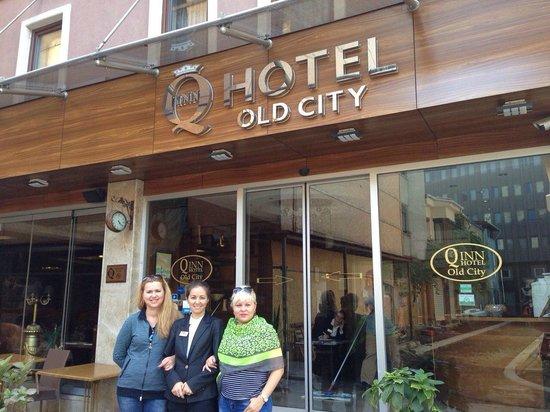 Q Inn Hotel Old City: Сотрудник отеля Аида. Она вас не оставит без внимания.