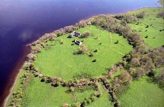 County Longford, Irlanda: Aerial view of church ruins on Inchclearun (Quaker) Island