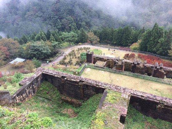 Mine Topia Besshi: 索道基地を見下ろす