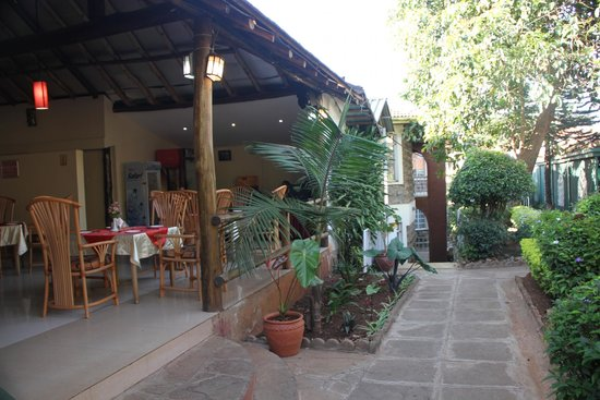 PrideInn Hotel Raphta: Good food at reasonable prices in the open-air dining area.
