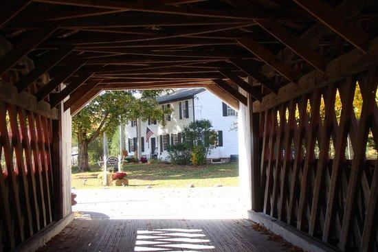The Henry House Inn: le B&B depuis le pont couvert