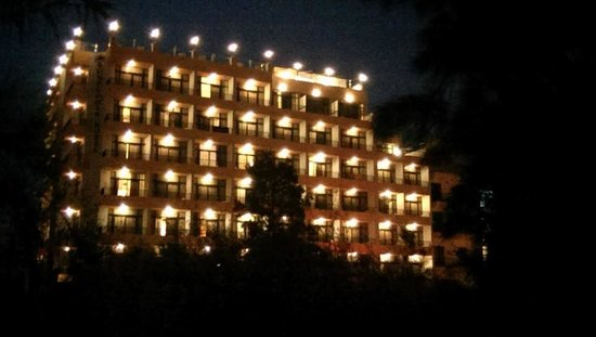 Sunflower Hotel: The hotel at night (outside)