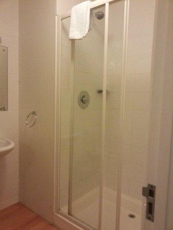 The Edgar Townhouse : tidy bathroom