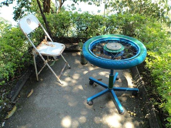 Sitiê - mesa de material reciclado - Picture of Morro Dois Irmaos ...