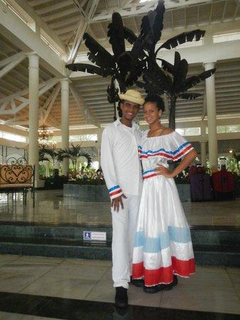 Grand Bahia Principe El Portillo: Abschied mit Folkloretanz des Animationsteams, David u. Adriana