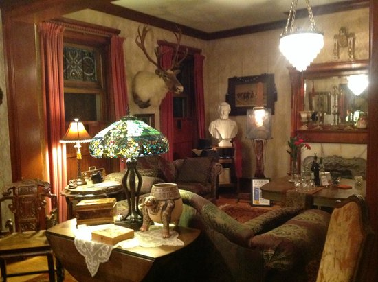 Mansion District Inn Bed & Breakfast: House full of interesting artifacts and antiques