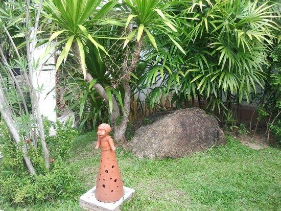 Lamai Buri Resort : На территории - глиняные фигурки - светильники