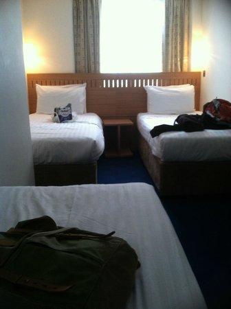 Central Park Hotel : cramped room head board blocks window