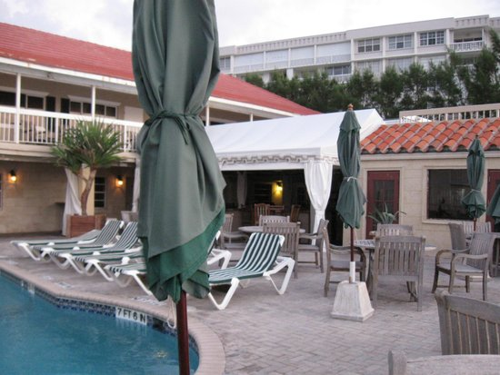 Palm Beach Oceanfront Inn: Pool deck and bar area