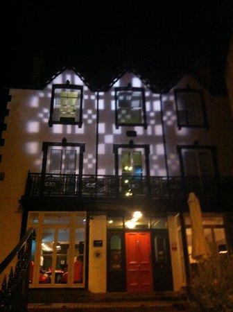 Manorhaus Llangollen : external view of hotel at night