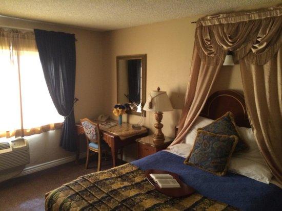 Travel Inn & Suites: Room 117, quiet corner. Cute, quaint...