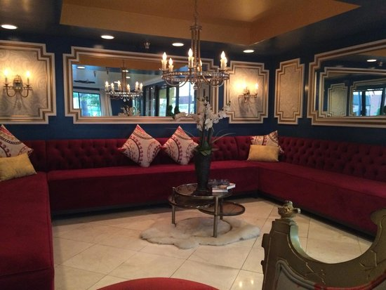 Hotel Le Reve Pasadena: huge empty seating area by front desk
