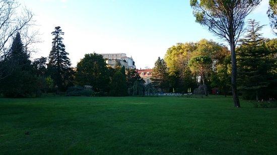 Manoir de la Roseraie : vue sur le chateau et le parc depuis le fond de celui-ci