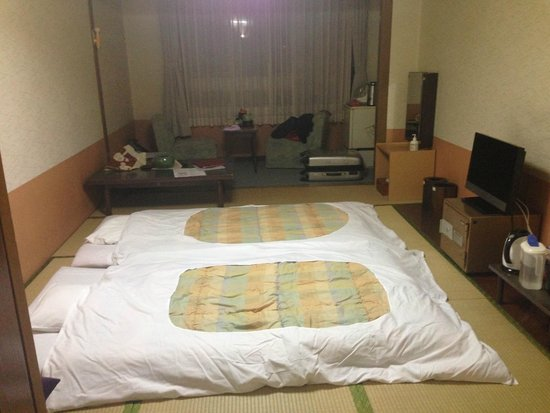 Hotel Grand Toya: Futon beds in the room