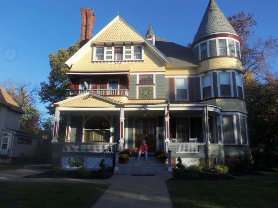 The Wallingford Victorian Inn: View of the hotel's comfy wide porch with rocking chairs