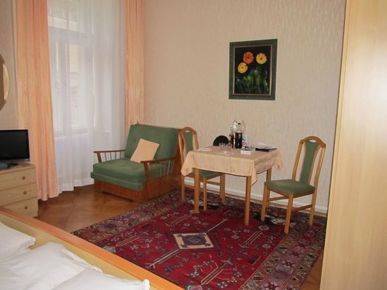 Schweizer Pension: Sitting area in room