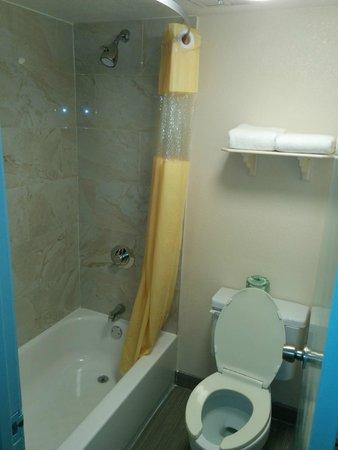 Days Inn Houston: Bathroom 3 of 3 showing toilet and tub (nice tile)