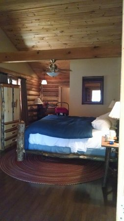 Dancing Bear Lodge : King bedded side of duplex cabin. Sitting area and walk in closet!