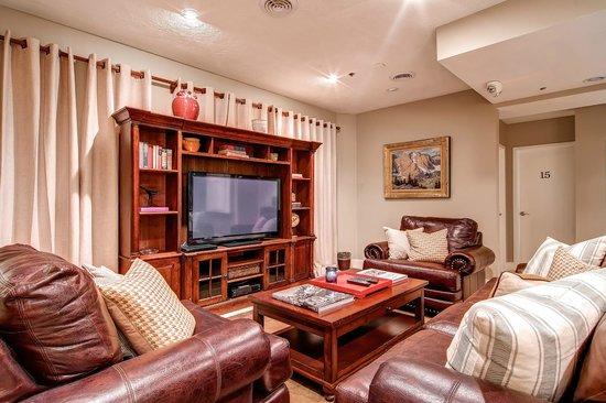 Snowpine Lodge : TV Lounge