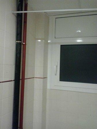 Hotel Tolosa : Las tuberías salían a ambos lados de la ducha .