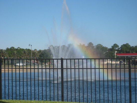 Hampton Inn & Suites Jacksonville - Bartram Park: Pond and fountain outside hotel.