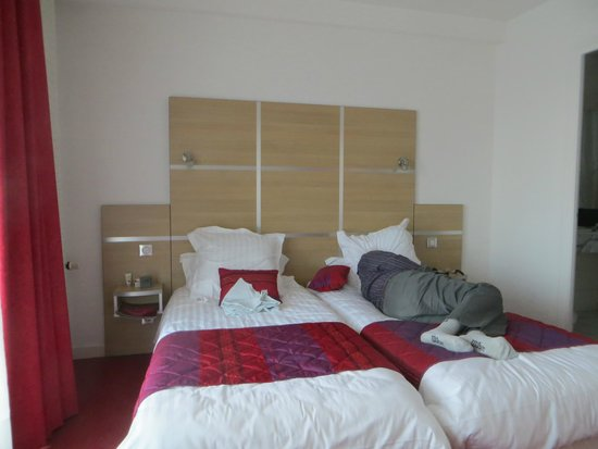 Chris'tel Hotel : Comfy bed (after a hard day's sightseeing)