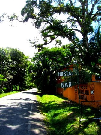 Pukalani Hostal: road to surf break