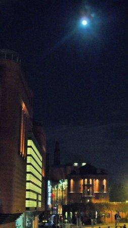 Novotel Poznan Centrum: Vista nocturna desde la puerta del hotel