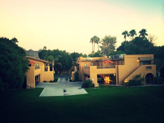 Pointe Hilton Squaw Peak Resort: View of outside of Casitas & courtyard