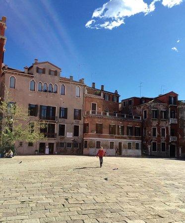 Ca' Sant'Angelo : Façade de l'appart/Hotel à gauche sur la photo.