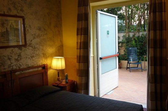 Hotel delle Province: Room 112 with emergency exit instead of window