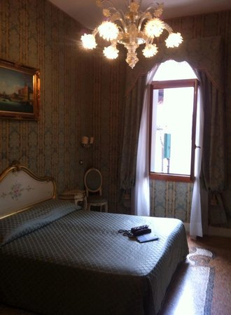 Hotel e Residenza San Maurizio: Superior double room - The bed and window