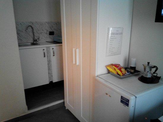 Cesar Vatican Rooms : cucina attrezzata in monolocale due posti letto