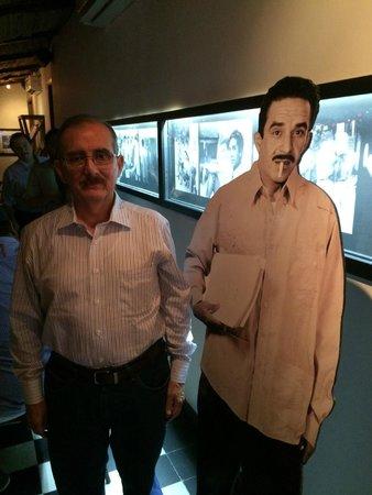 Bar Restaurante La Cueva : A la entrada con Gabril García Márquez
