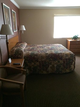 Maple Leaf Motel: bedroom