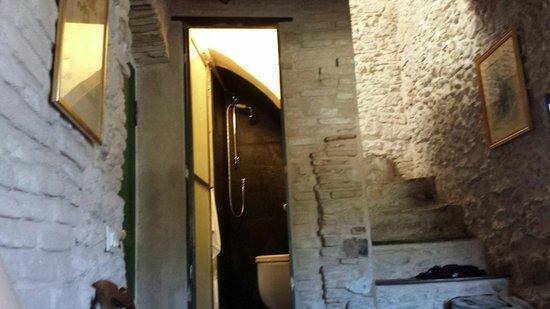 La Terrazza dei Pelargoni : Ducha minúscula en el hueco de la escalera!! Había que entrar de lado y se inundaba