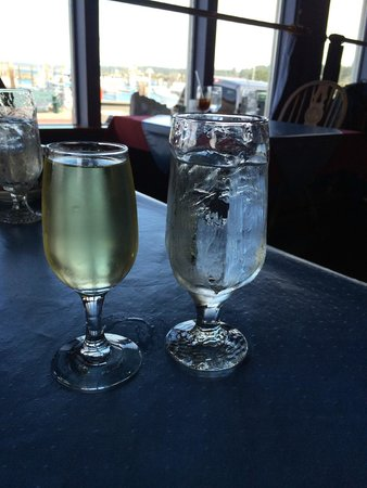 The Wheelhouse & Crowsnest: huge glass of wine, they are not greedy for it, good point!